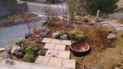 畑の杜「木々に囲まれた自然な庭空間」水鉢