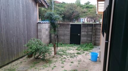 大澤の杜「四季を感じられる庭空間」ブロック塀と扉