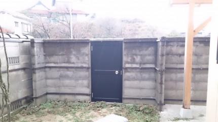 大澤の杜「四季を感じられる庭空間」ブロック塀と扉 胴縁取り付け