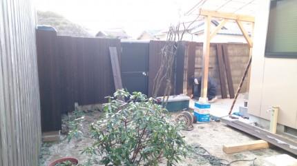 大澤の杜「四季を感じられる庭空間」ブロック塀と扉 焼き板取り付け