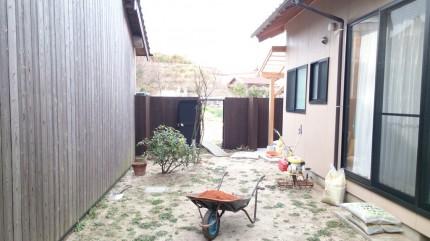 大澤の杜「四季を感じられる庭空間」ブロック塀を隠す板塀