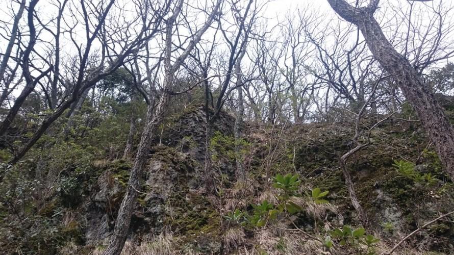 山の中腹にそびえ立つ岩盤