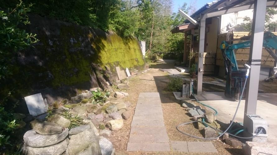 玄関まで奥行10㍍の御影板石アプローチ工事施工前