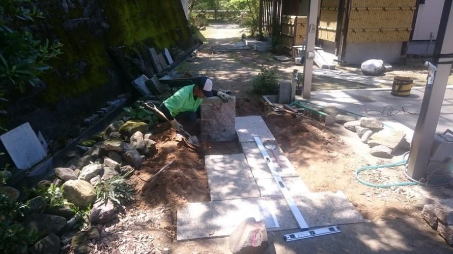 御影板石を使用した石畳通路施工中 弟子の祥、頑張ってます。