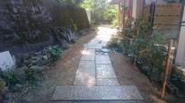 K邸玄関までの御影板石を使用した石畳通路(アプローチ)工事施工後