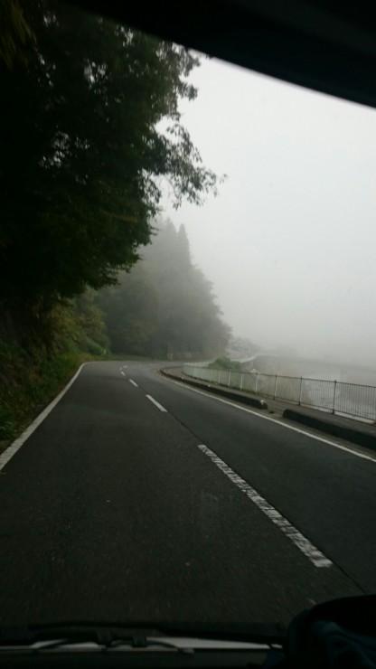 朝霧たちこめる江の川